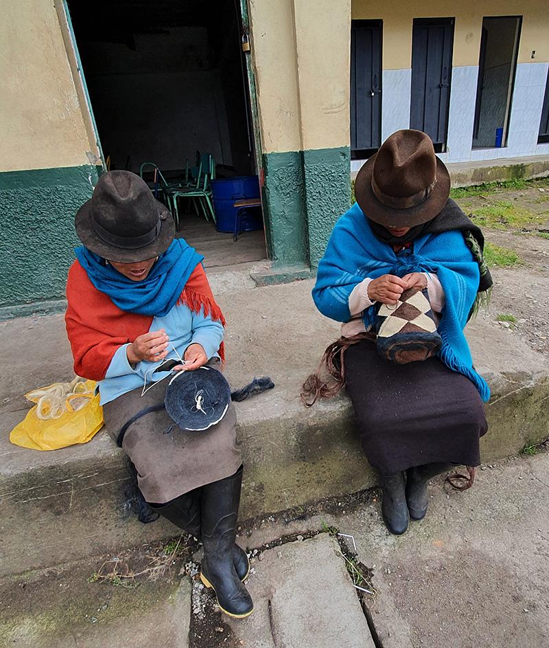Mujeres artesanas trabajando